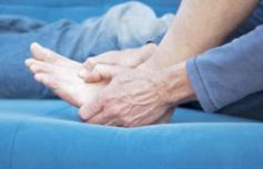 痛风专家建议患者积极配合医生治疗,并且调整自己的饮食
