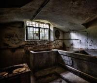 红花岗强直医院专家指出:长期住在地下室的人易得强直